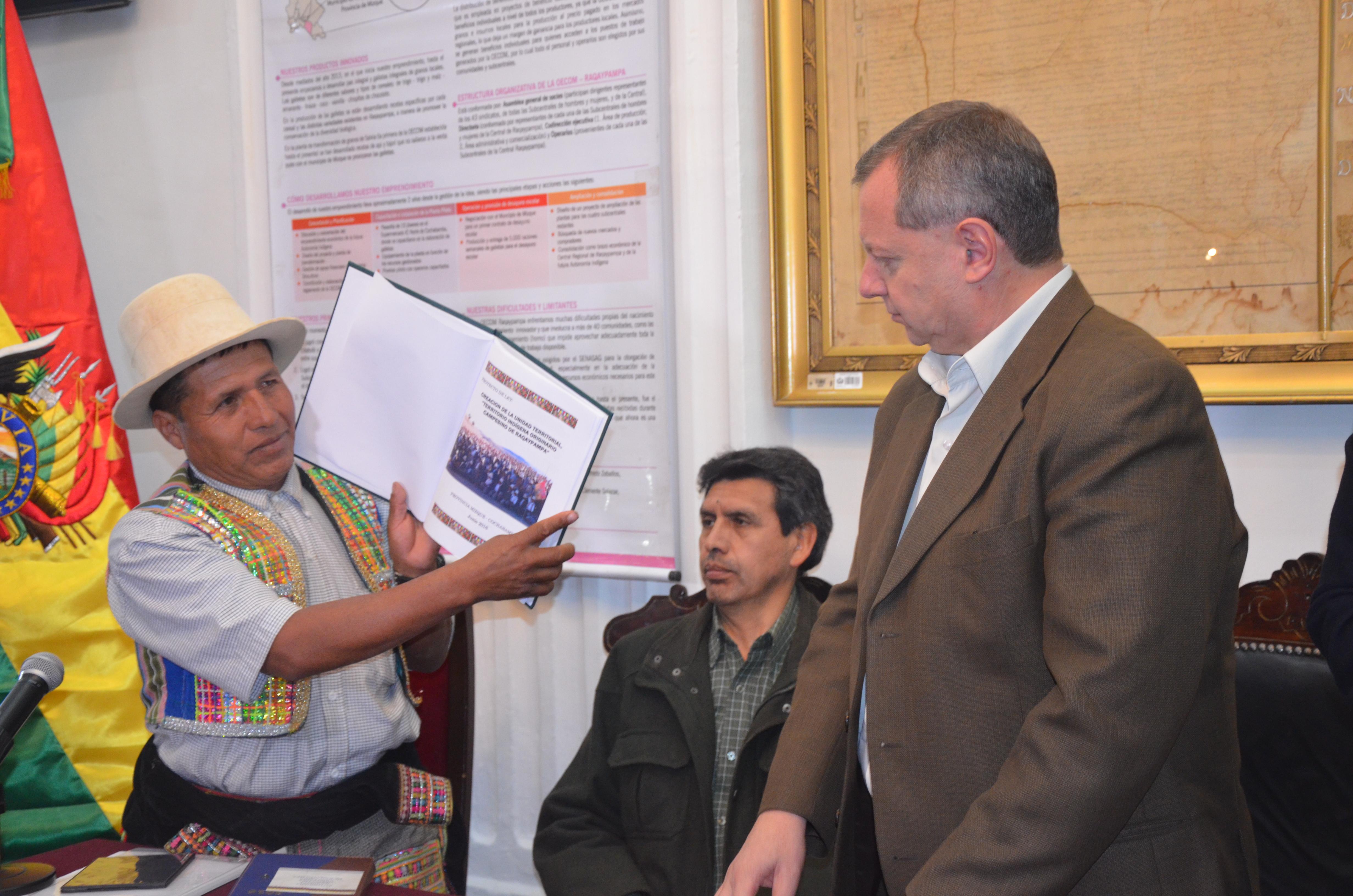 """Gonzales recibe Proyecto de Ley de Creación de Unidad Territorial del """"Territorio Indígena Originario Campesino Raqaypampa"""""""