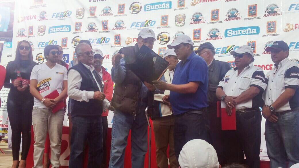 Aguilar entrega homenaje al corredor chuquisaqueño Óscar Crespo Maure y al Circuito del mismo nombre